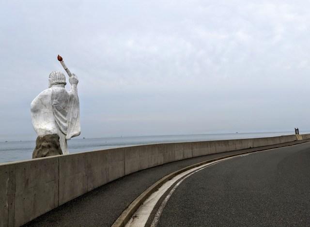 【あなたの顔が見たい】ドライブ中に道路に背中を向けている「白い巨像」を発見 / 車をとめて海岸に降りて顔を確かめてみた結果…