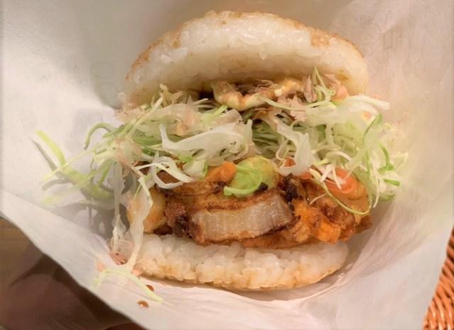 【関空限定】『海鮮お好み焼き風バーガー』が想像以上にウマい!「手でつかんで食べられるお好み焼き」としてジワジワ人気が高まりそうな予感…!!