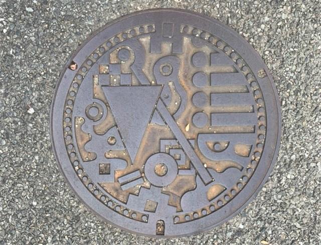 福岡市の「マンホール蓋」デザインが謎過ぎる… 道路下水道局に問い合わせてみた結果!