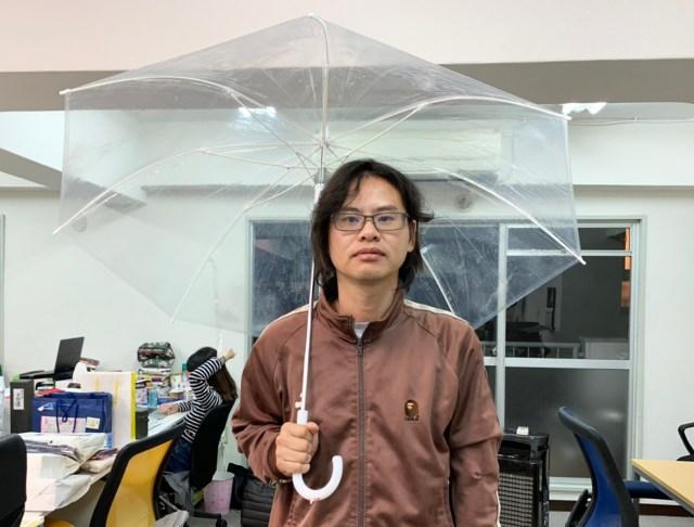 【衝撃】普通の人は雨の日に傘をさしてから外出することが判明