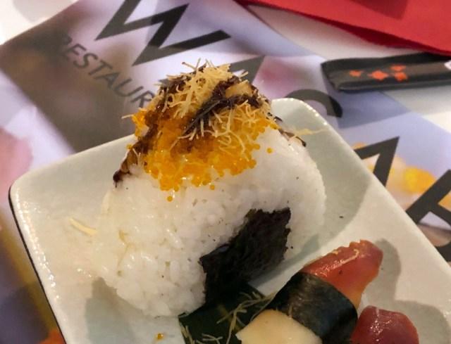 """【そう来たか】花の都フィレンツェの回転寿司で食べた「おにぎり」がスシローの """"飛び道具的な寿司"""" を越える衝撃だった"""