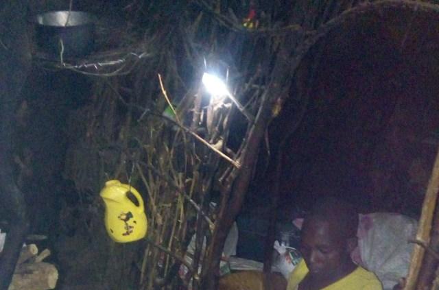 """ソーラーライトを導入したマサイ族の家の """"夜"""" を撮ってみたけど、うまく撮れなかった / マサイ通信:第314回"""