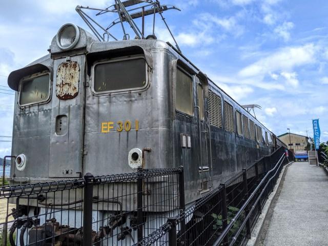 旧型客車を改装したカフェ「オハフ33」がレトロ過ぎて最高 / 昭和初期の木目調の雰囲気も車窓からの景色も完璧