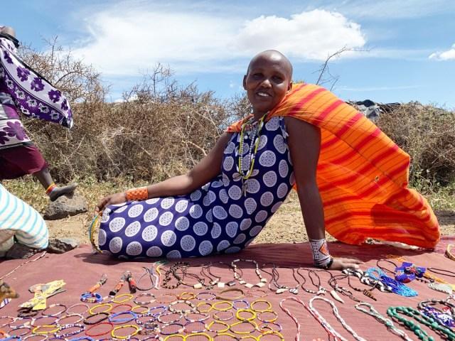 なぜマサイ族の女性はブルー系の衣装をよく着ているのか? マサイ通信:第319回