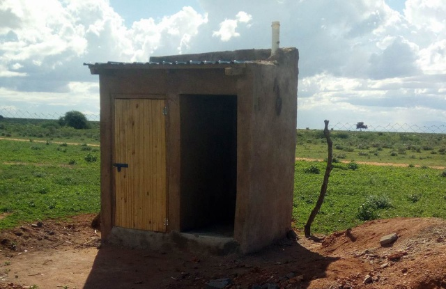 これがマサイの学校のトイレだ! めちゃくちゃ難易度高いから気をつけろ!! マサイ通信:第310回