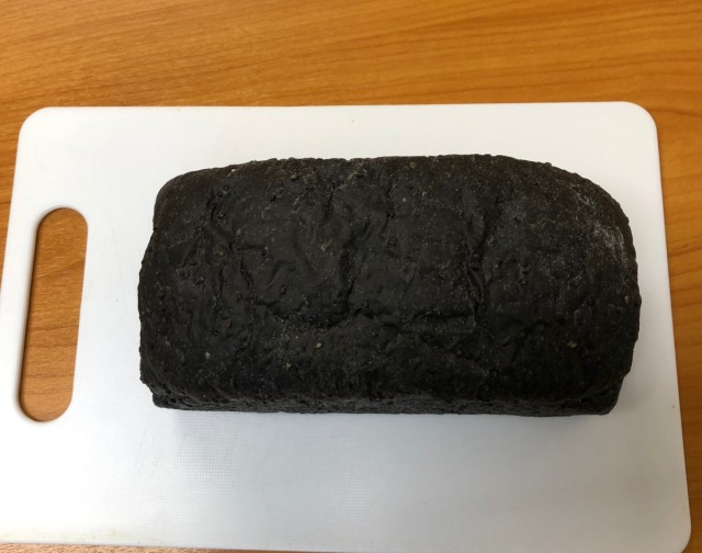 いくら何でも黒すぎる食パンを発見 → 白い食パンと食べ比べたら…口に入れる前に勝負がついた / 黒が圧倒的な強さで白をKO