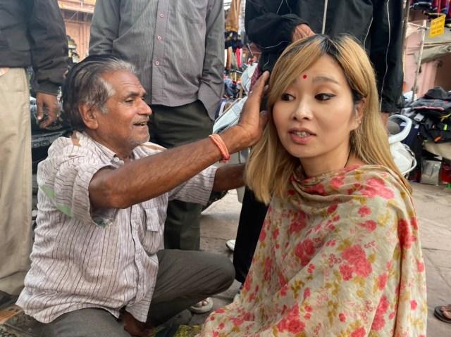 インドの路上でオジサンに髪を切ってもらった結果 → メタメタのガタガタになったよ! でもね…