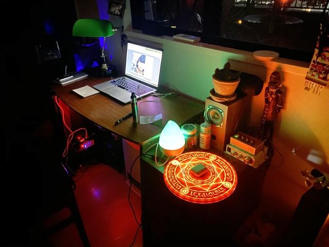 """怪しさ求めて購入した「魔法陣ワイヤレス充電器」、予想外に光の演出が素晴らしく、本当の """"魔法"""" さえ感じてる"""