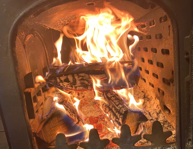 【癒しの炎】庶民だけど薪ストーブを愛用している人間がどうしても伝えたいこと→「薪ストーブはストーブじゃない…ライフワークなんだ」