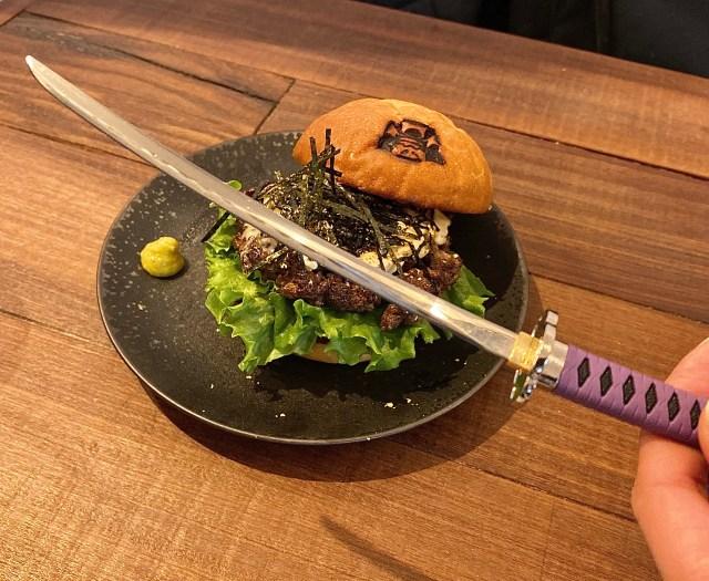 """【刀剣】ハンバーガーが日本刀とコラボだと⁉︎ 実際に見に行ったら日本刀鍛錬の技が活きる """"本物"""" だった / グルメバーガー店『SHOGUN BURGER』で予約販売"""