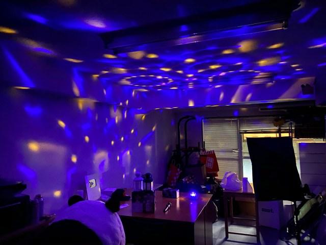 【100均検証】第4の100円ショップ「ワッツ」に売っていた『LEDの光り物アイテム』を駆使したら会議室がとんでもないことになった