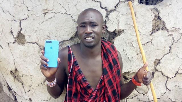 Androidユーザーだったマサイ族の戦士ルカ、ついにiPhoneユーザーになる! 機種は「8 Plus」でカバーは水色!! マサイ通信:第343回