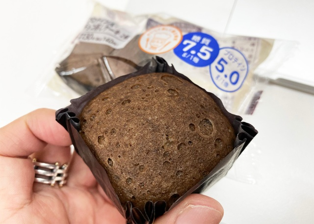ローソンの「プロテイン入りチョコ蒸しケーキ2個入り(140円)」が栄養成分欲張りすぎなのに普通にウマイ