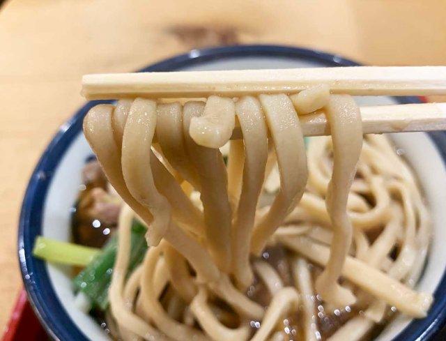 そば界の二郎! 極太麺をガシガシ食べられる『浅草角萬』でお客さんの9割が頼んでいたメニューがこちら / 立ち食いそば放浪記:第209回