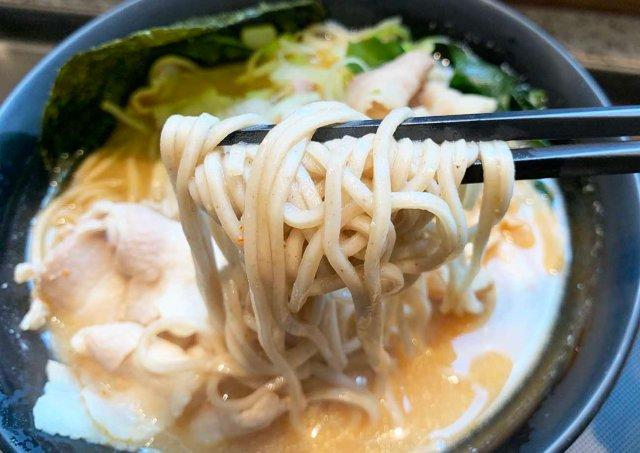富士そばの味噌スープそば『味噌富士』を食べてみた! 芯から温まる味はアシリパさんも「ヒンナヒンナ」と言うレベル / 立ち食いそば放浪記:第202回 京急蒲田