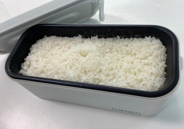 """【新時代到来】職場で誰にもバレず米を炊けるだと…? 世紀の大発明「おひとりさま用 超高速弁当箱炊飯器」が """"弁当の概念"""" を壊しにかかっている模様"""