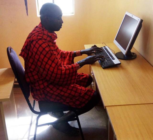 乗っ取りか!? マサイ族の戦士、なぜかFacebookにログインできなくなるも、あれこれやって奇跡の復活! マサイ通信:第342回