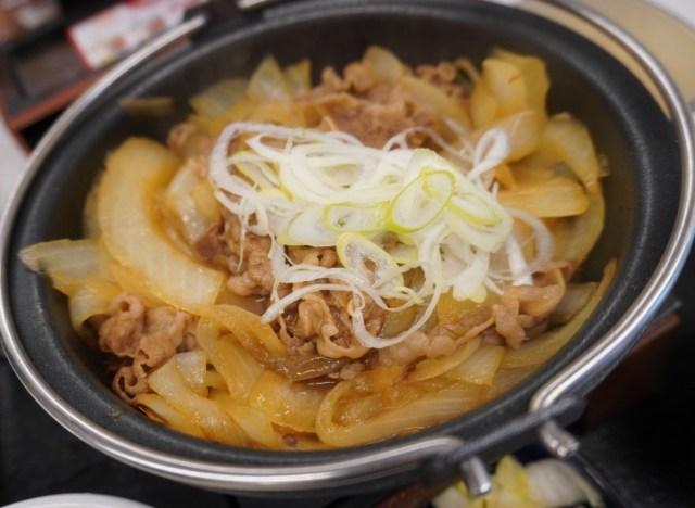 吉野家の新商品「牛の鍋焼き」はサイドメニューの選択次第で味の印象が決まる / 実際に食べた率直な感想