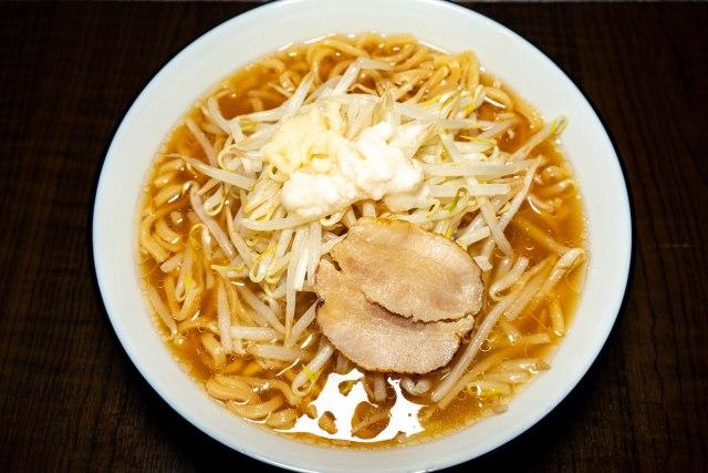 日清の二郎インスパイア系な『豚園 背脂醤油豚ニンニク』を食べてみた / 家でそれっぽいラーメンを食べたいならアリ