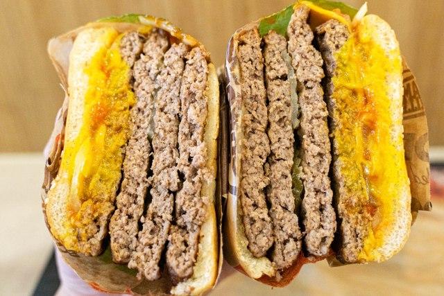 【肉の暴力】バーガーキングの『超ワンパウンドビーフバーガー』を食べてみた / ヤケクソ気味に押し寄せる4段重ねの肉