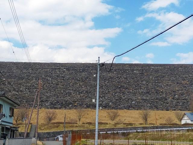 山中に突如として現れる巨大な石壁! 神秘の絶景スポット・黒川ダムを巡る / あるいは身をもって「位置エネルギー」を知る大人の社会見学