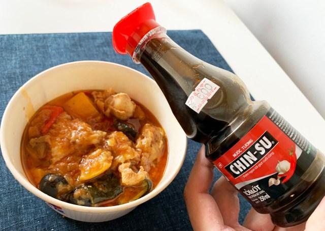 松屋カチャトーラにベトナム醤油『チンスー・トイオッ』を入れたらコクが増して激ウマに! 勢い余って紙皿ごと食べてしまうレベル!!