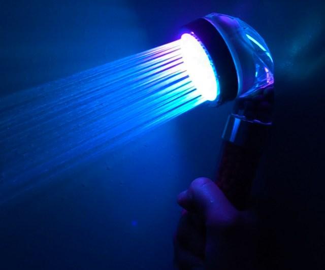 Amazonで約1400円の「7色に光るシャワーヘッド」を使ったら地味な風呂がクラブになった / 歌って踊って体を洗え!