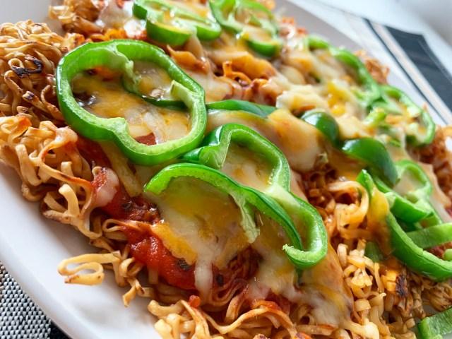 【超簡単】チキンラーメンでピザを作る『チキラーピザ』が激ウマ! ジャンクとエレガントの共演にピザおじさんも衝撃「ボノボノボーノォ!」
