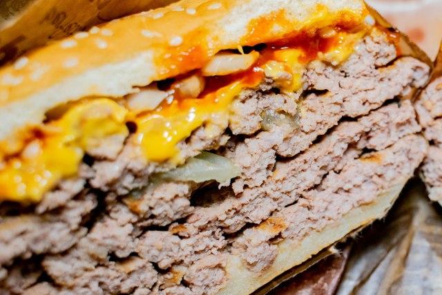 【肉】バーガーキングの『ストロング超ワンパウンドビーフバーガー』と『超ワンパウンドビーフバーガー』を食べたら脳がビーフになり、全てが満たされた
