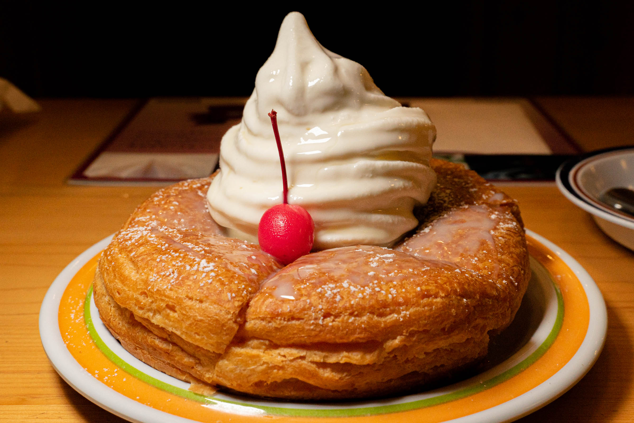 コメダ珈琲店の『まっしろノワール』が甘さに全振りで美味い! ソフトクリーム+練乳+粉糖+蜂蜜で無限の甘さの彼方へ