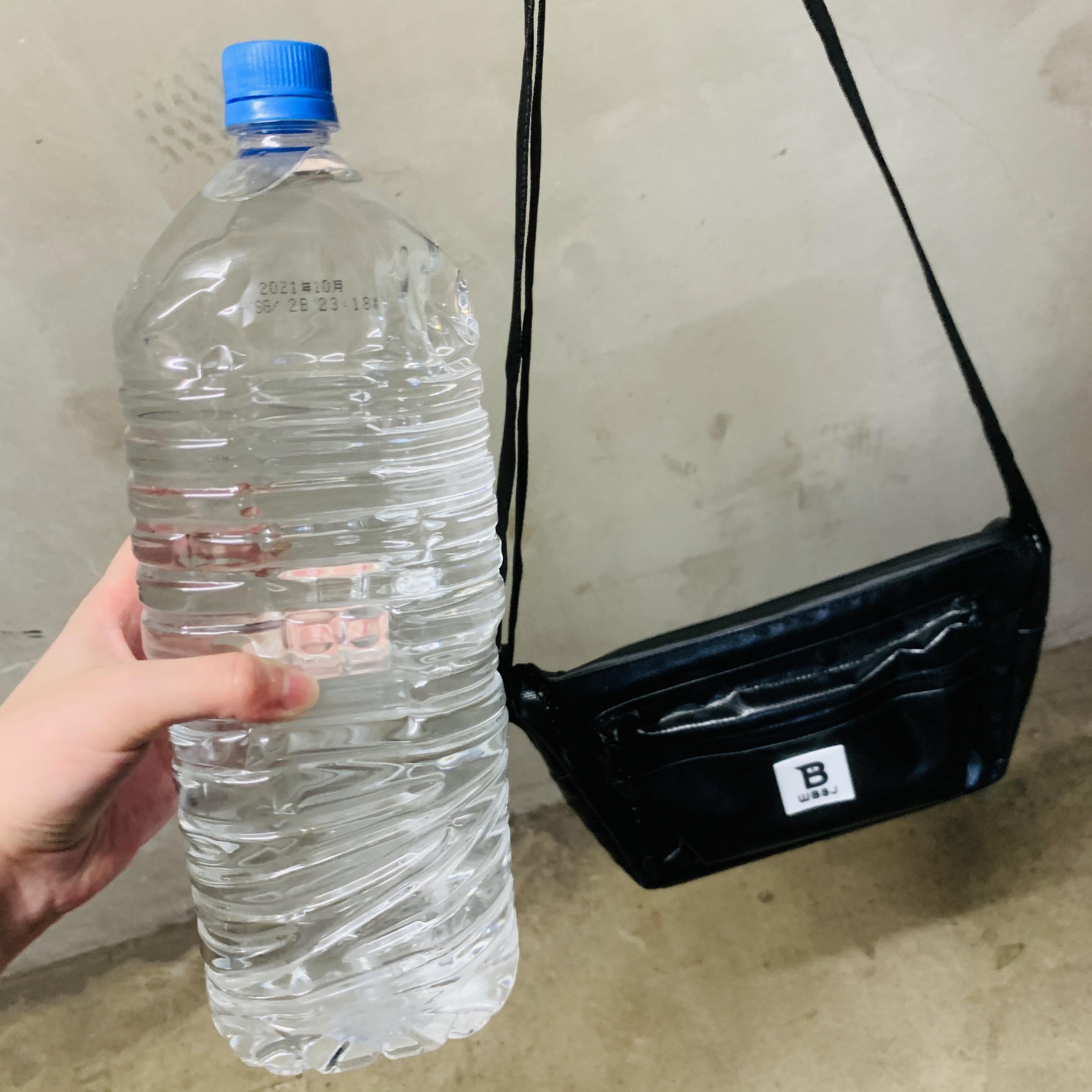 【検証】長靴が人気の「日本野鳥の会」から防水ショルダーバッグが出ていたよ → 2Lの水で容赦なく濡らした結果