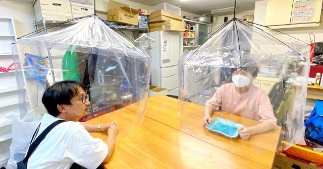 【天才か】100均のビニール傘とテーブルクロスだけで出来る「飛沫感染対策」が世界を救えそう