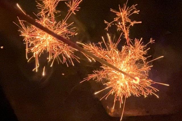 【おもちゃ花火の日】価格差10倍以上、純国産の線香花火は中国産とどう違うのか? 比較してみた!