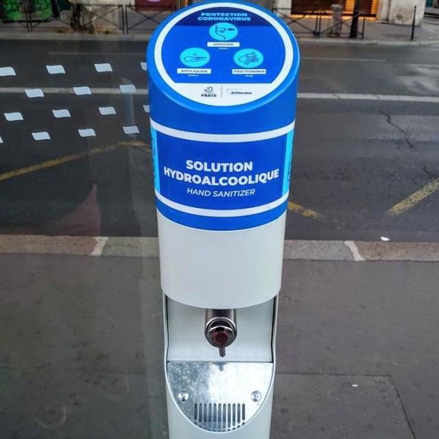 【コロナ対策】パリ市内のバス停に配備された「消毒液ディスペンサー」は歩行者も利用できて便利らしい / しかも超スタイリッシュ!