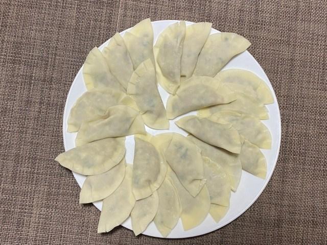 コレ、料理の素人が作った餃子って信じられる? およそ100円で買える「ワンタッチ餃子パック」がマジ便利
