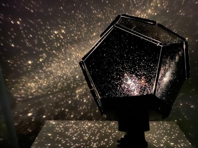 『大人の科学』のプラネタリウムを作ってみたら予想以上の美しさに超感動! 私の汚部屋が宇宙になった!!