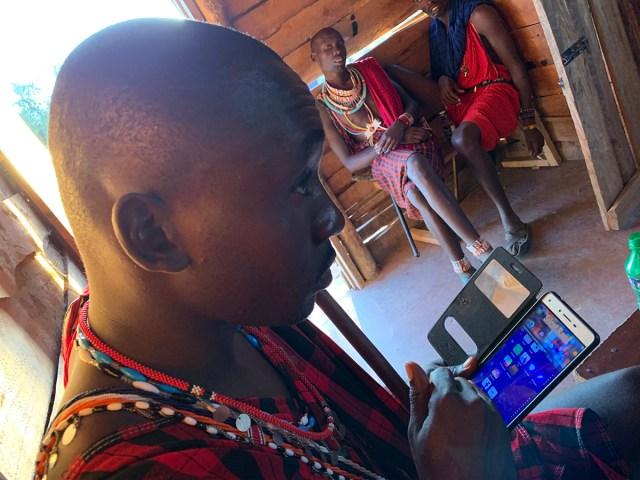 2020年におけるマサイ族の「携帯電話率」と「スマホ率」をマサイのIT戦士に聞いてみた / マサイ通信:第406回