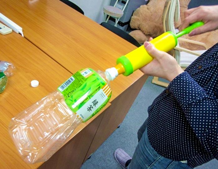 「ペットボトルつぶし 吸いまっせ!」商品使用例
