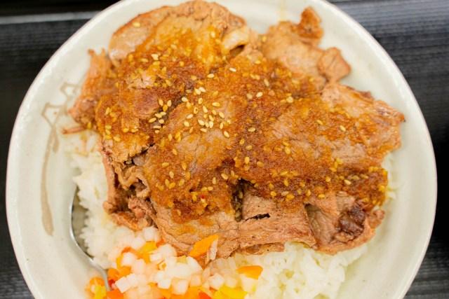 松屋の『牛ステーキ丼』が程よい焼き加減とピリ辛のたれで美味い! ただし売り切れ続出で競争率高めなもよう
