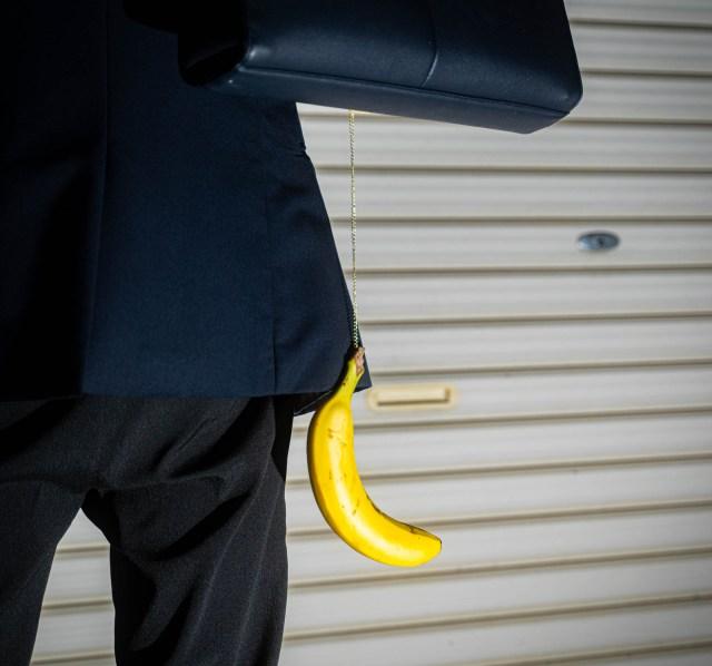 【深淵】どんな鞄もワンコインでプラス40万円の高見え! 一本のバナナを使った手軽で簡単な驚きのアレンジ方法