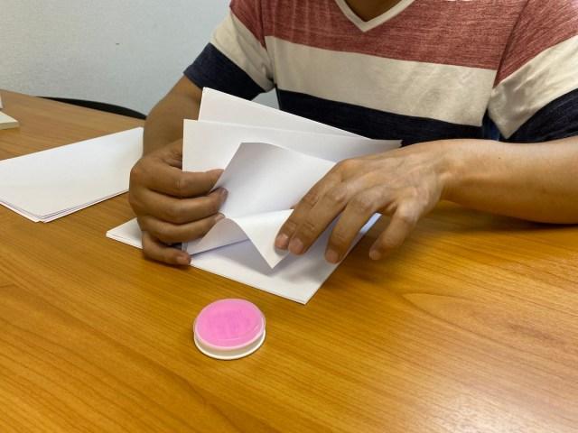 指にツバをつけて書類をめくる先生っていたよね