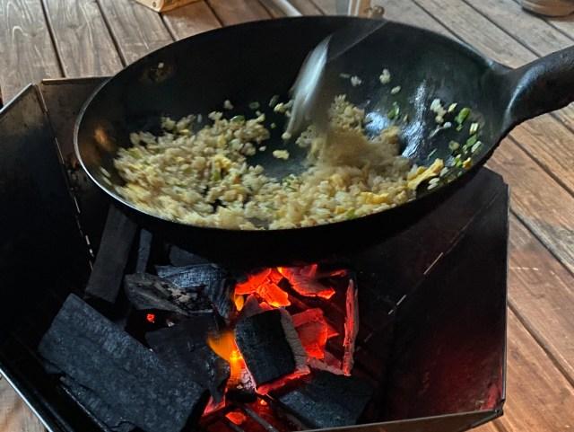 【圧倒的火力】炭火で「焼き飯」を作ろうとしたら … 完全なる「お店のチャーハン」が完成してしまった