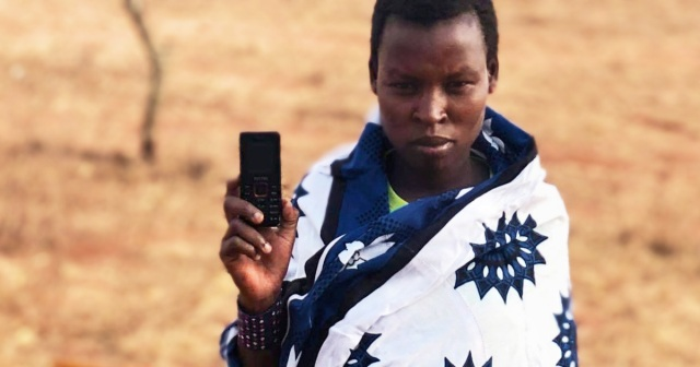 これがケニアで売ってる新品で約980円の携帯電話だ! マサイ通信:第411回