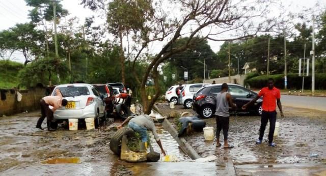 これがナイロビで一番安い洗車屋さんだ! 普通車なら1台95円で洗ってくれる!! ただし… / カンバ通信:第41回