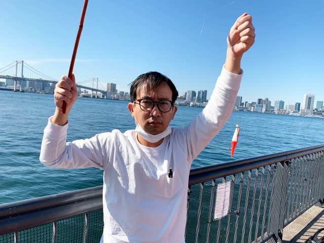 【ガチ検証】100均の釣り竿で魚は釣れるのか? 魚群も見える東京湾の釣りスポットに全力アタックした結果!