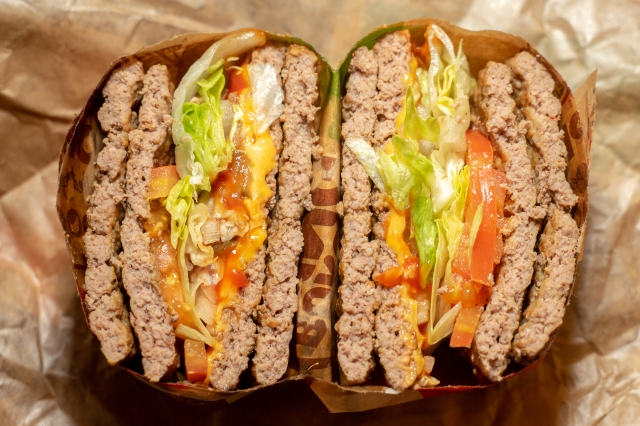 バーガーキングの狂気! バンズ無しバーガー『エクストリーム超ワンパウンドビーフバーガー』を食べてみた / 肉と汁の暴走、そして崩壊を通じて感じるバンズの偉大さ