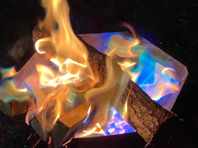 キャンプブーム到来中! 焚き火が7色に変化する「レインボーファイアー」やってみた → 楽しいけれど注意点も