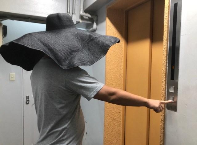 """【検証】コロナ禍の今だから…  """"つば"""" が超絶デカい帽子は大活躍するのではないか? 街中で試してみた"""