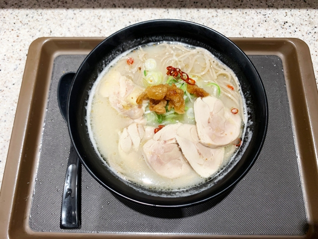 豚骨ラーメン? いいえ、蕎麦です。かっこわるい朝だって富士そば北千住東口店限定「鶏三昧そば」でがんばりましょう / 立ち食いそば放浪記:第248回