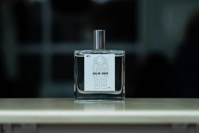 おっさんが、生まれて初めての香水デビュー / 選んだのは「宇宙の香り」 → 感想を聞いてみたら、圧倒的多数で〇〇のにおい